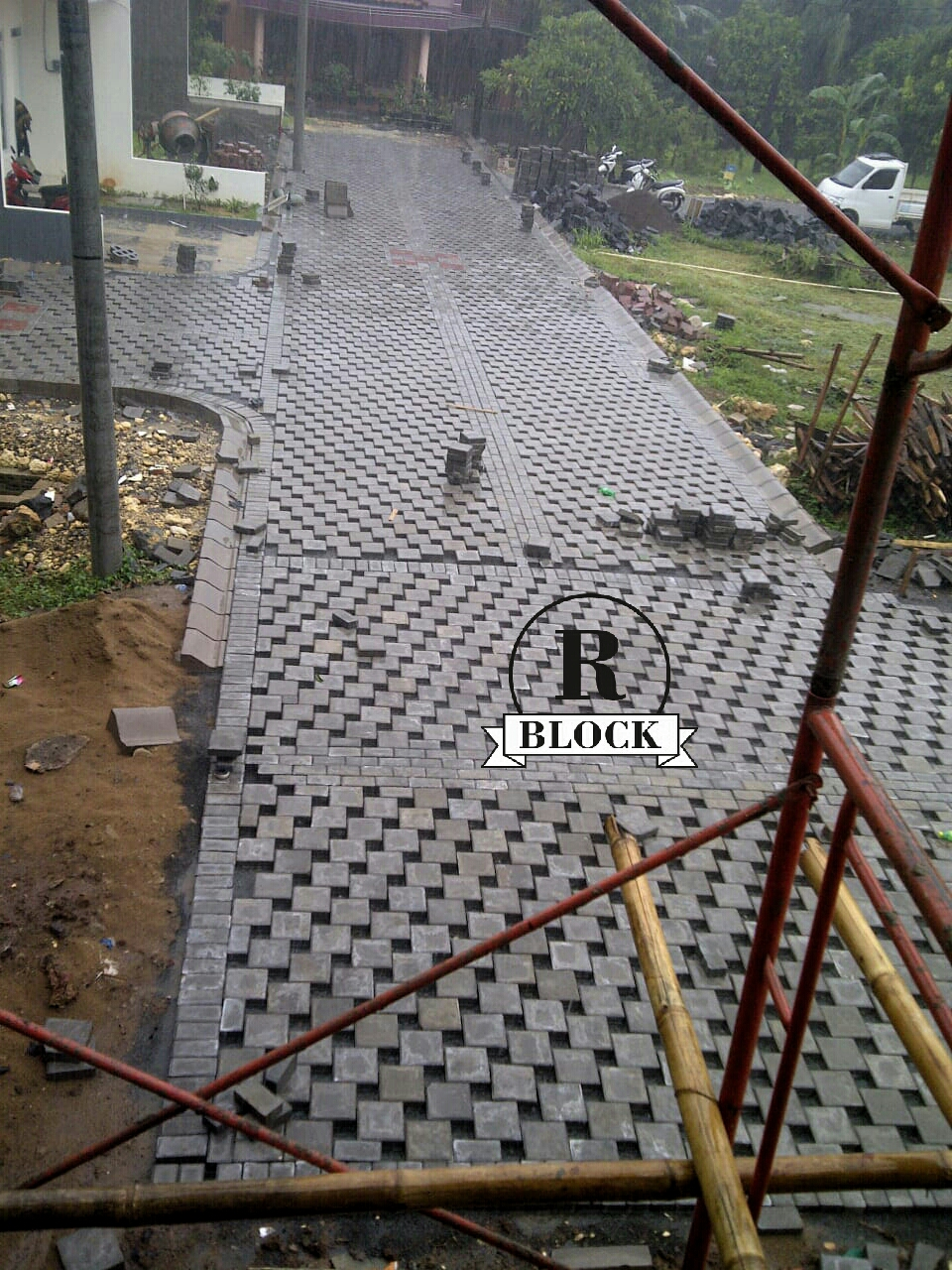 Kombinasi Paving Block Model Kubus dan Ubin Rani Block